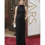 Olivia Wilde tampil dengan dress hitam panjang high-neck tanpa lengan yang simple dan elegan.