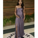 Kerry Washington mengenakan dress strapless warna ungu karya Jason Wu.